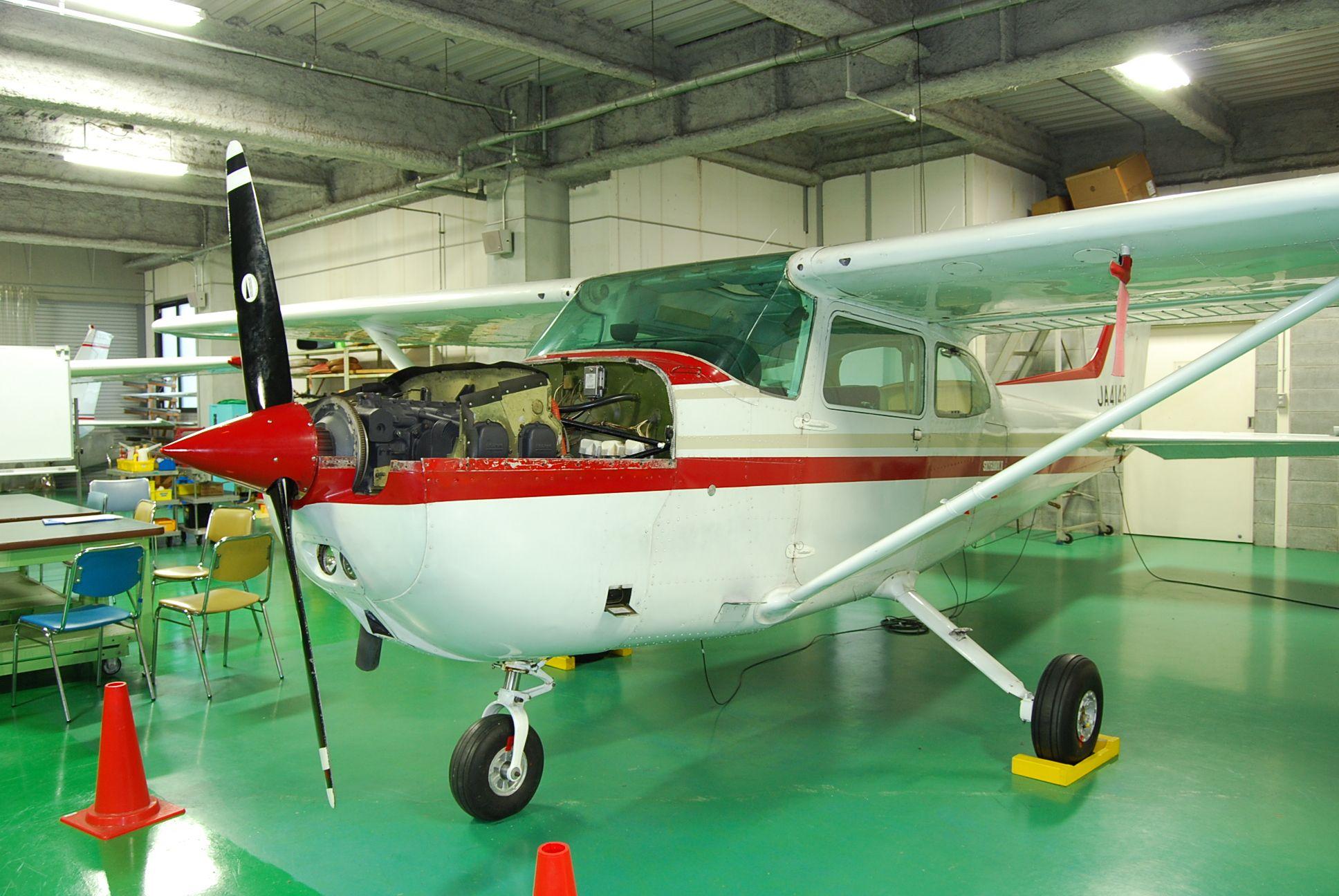 整備を学ぶための機体の画像